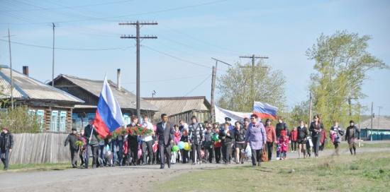 Колонна половинских школьников в День Победы