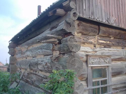 Сохранившаяся до наших дней изба на улице Томина, рублёная на месте. Резным наличникам, возможно, более 300 лет.