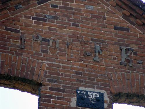 Инициалы купца Мартына Краснопеева на фасаде мельницы.