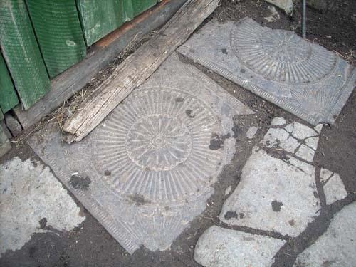 Резные чугунные листы из церкви лежат в одном из дворов Половинного.