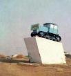 Трактор-памятник в Целинном. 1982 год